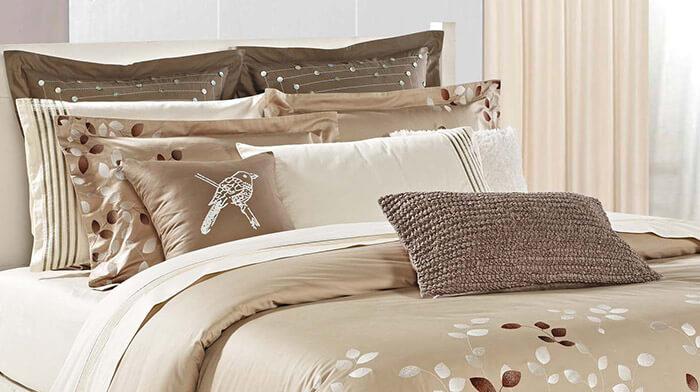 Раскладываем подушки на кровати
