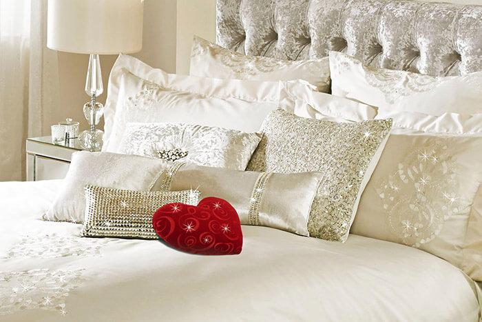 Формы подушек на кровати