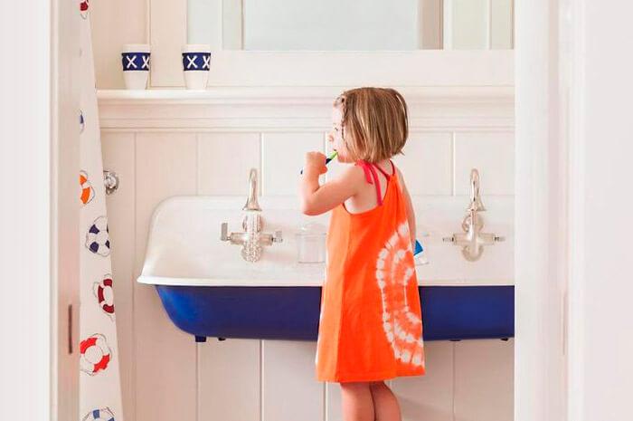 Как сделать ванную комнату безопасной для ребенка?