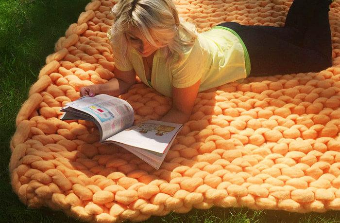 Плед крупной вязки на пикнике