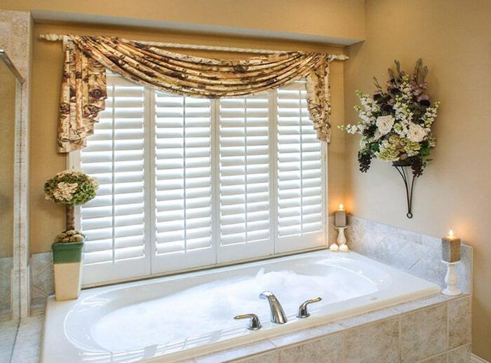 Жалюзи и шторы на окне ванной