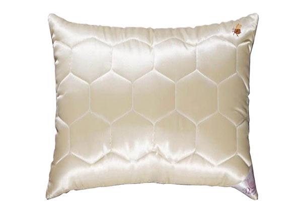 """Материал: в атласном чехле медового оттенка, с оригинальной стежкой  """"соты """" и вышивкой  """"пчелка """", наполнитель."""